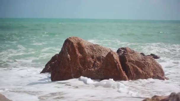 Velké vlny zřítilo na kamenné pláži. 1920 × 1080