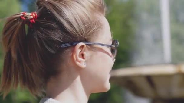 Krásná žena nosí sluneční brýle si užívat slunce na přírodu. 3840 x 2160