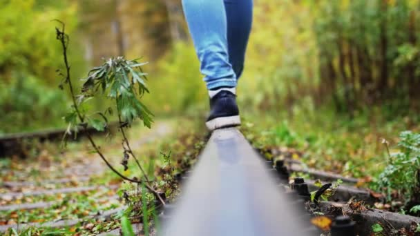 Ženské nohy bezstarostné procházky podél železnice. 3840 x 2160