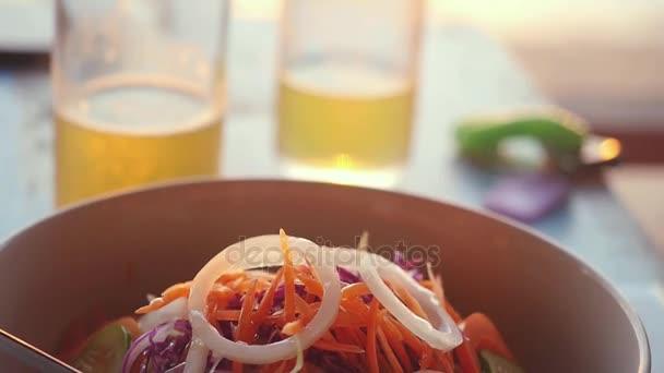 Zblízka salát ze zelené papáji pikantní thajské kuchyně. Thajský lidé to nazývají Som Tam. Zpomalený pohyb. 1920 × 1080