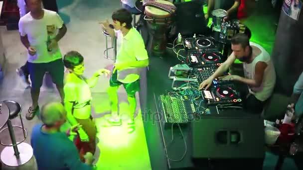 Thajsko, Koh Samui, 7 ledna 2016. Elektronické Dj hrát hudbu na mixážní konzole a lidé párty v nočním klubu. 1920 × 1080