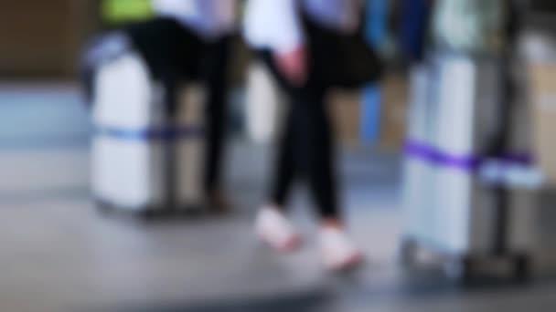 Rozmazané pozadí s cestujícími tahání kufru od letiště terminál na Koh Samui v pomalém pohybu. 1920 × 1080