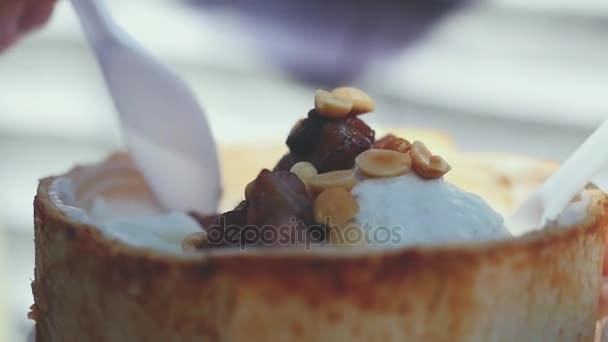 Közeli étkezési gyümölcs fagylalt, bab, kókusz. Lassú mozgás. 1920 x 1080
