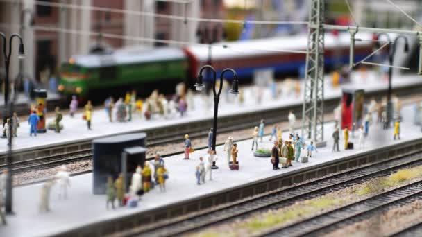 Školit příjezdu na nádraží v pomalém pohybu. 3840 x 2160