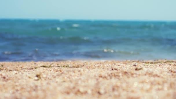 Tropická Pláž slunečného dne, mořské vlny a změny zaměření z písku do moře v pomalém pohybu, 1920 × 1080
