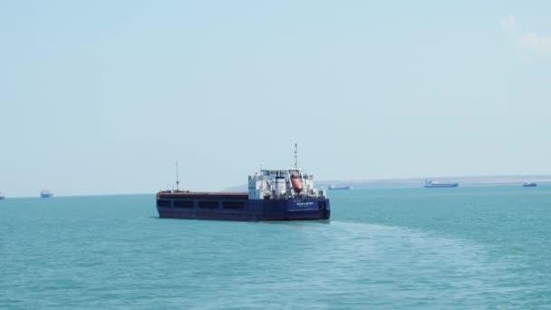 Oroszország, Crimea, 2017. június 29. Hatalmas konténerszállító hajó, úszó a tengerben, a lassú mozgás. 3840 x 2160