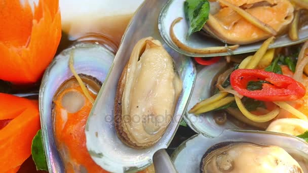 Chef Präsentation von köstlichen Muscheln in Handwerk hölzerne Schüssel Meeresfrüchte Restaurant Gericht. Asiatisches Essen, Zeitlupe. 1920x1080