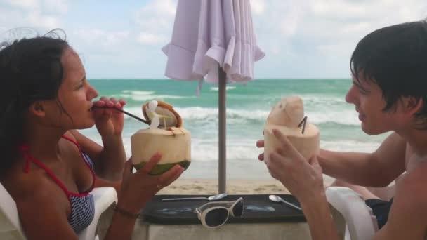 Видео молодая пара на курорте