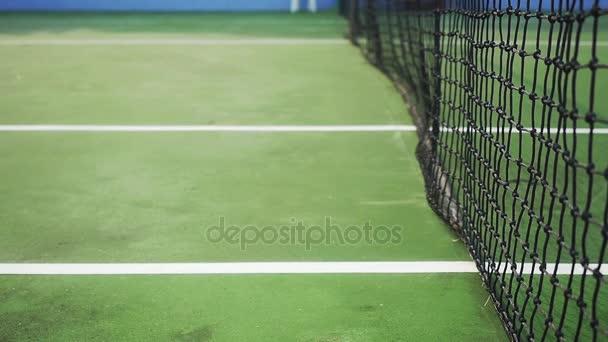 Tenisák na tenisový kurt v blízkosti oka. Zpomalený pohyb. 1920 × 1080. hd