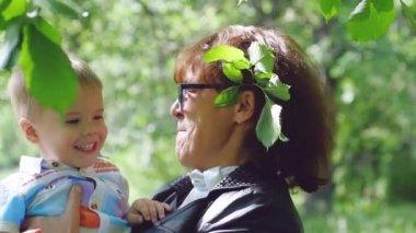 Mamie baise son petit fils heureux vid o emaria 70492565 - Mamie baise dans le jardin ...