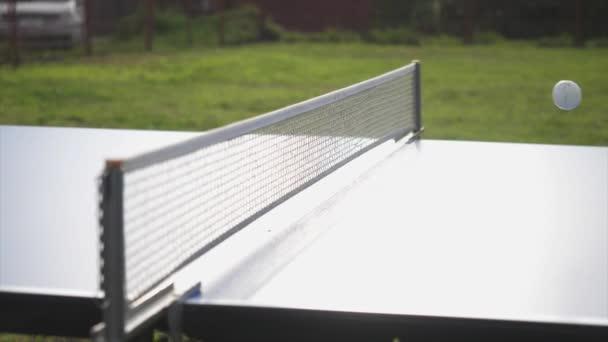 Zahrajte si stolní tenis hry venkovní detail v slunečný den. Zpomalený pohyb. 3840 x 2160, 4k