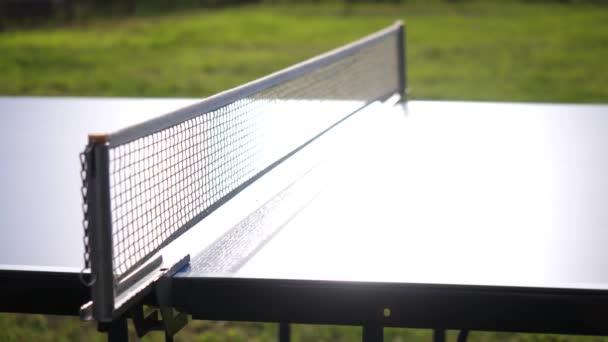 Hra stolní tenis hry venkovní detail na slunečný den v pomalém pohybu. 3840 x 2160