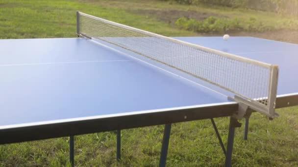 Hra stolní tenis hry venkovní detail na slunné da ve zpomaleném filmu. 4k, 3840 x 2160