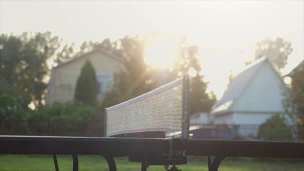 Hra stolní tenis v pomalém pohybu venkovní detail ve slunečný den. 4k, 3840 x 2160