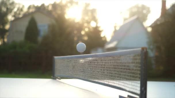 Hra stolní tenis v pomalém pohybu venkovní dvůr zblízka na slunečný den. 3840 x 2160, 4k