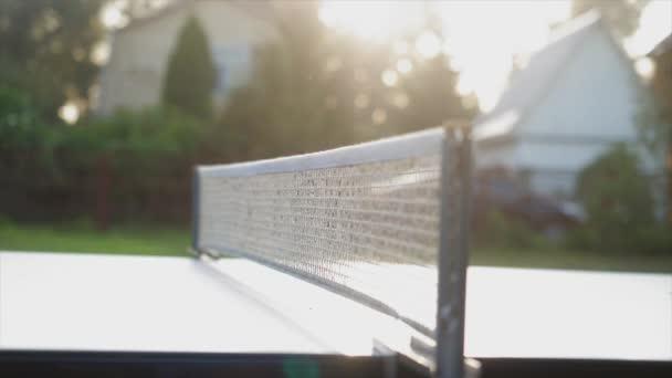 Hra stolní tenis venkovní dvůr zblízka v slunečný den v pomalém pohybu. 3840 x 2160