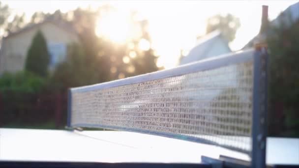 Hra stolní tenis venkovní dvůr zblízka na slunečný den. Zpomalený pohyb, 3840 x 2160