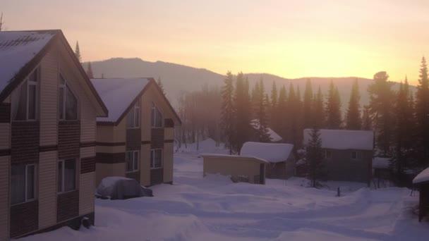 Fantastická zimní krajina. Krásné zimní scéna při západu slunce. Vesnice v zasněžených horách v úžasné sunrise. 3840 x 2160