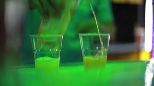 Nahaufnahme von Barkeeper machen cocktail an der Bar im Freien auf der Nacht-Straße. 1920 x 1080