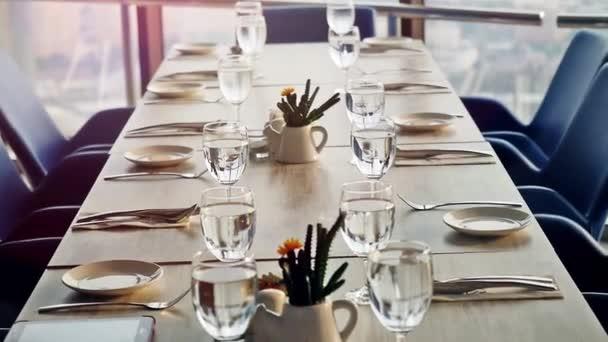 Table de banquet décorée, avec des couverts. Gros plan de table ...