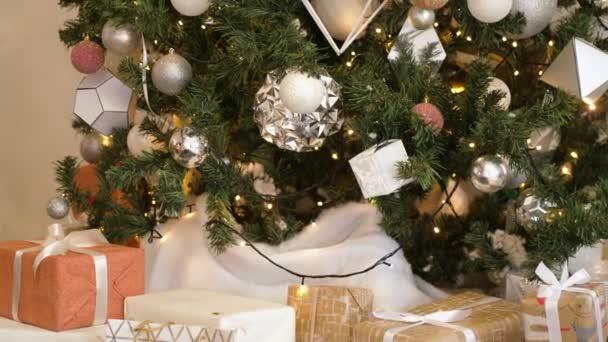 Zavřít vánoční dárkové krabice a vánoční stromeček. Koncept Vánoční oslavy.