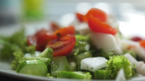 Zblízka záběr zdravého salátu. zpomalený pohyb
