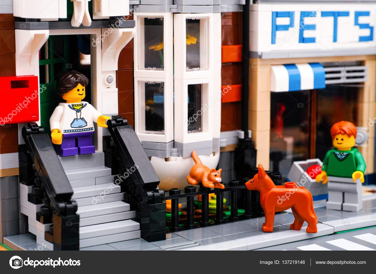 Lego Ulica Z Sklep Dom I Zwierzęta Zdjęcie Stockowe Editorial