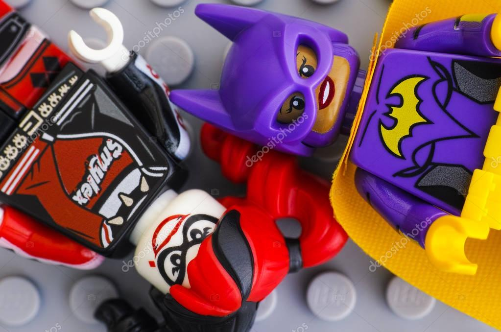 Two Lego Batman Movie minifigures - Batgirl and Harley Quinn - o