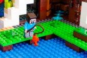 LEGO Minecraft. Steve je rybolov poblíž základny vodopád
