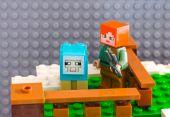 LEGO Minecraft. Alex s nůžky na ovce připraven k zkosit obarvené s