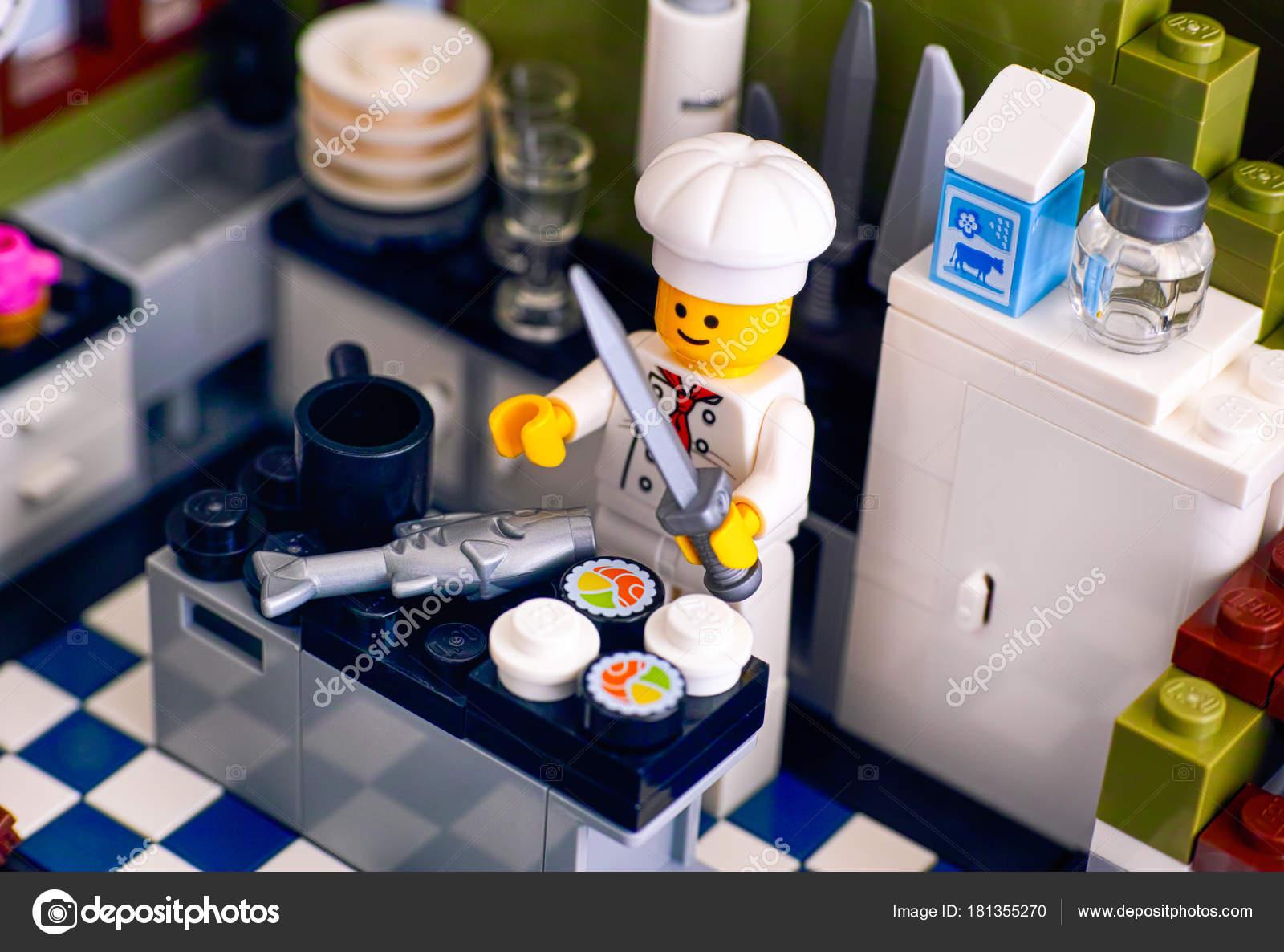 lego koch sushi und fisch in der k che redaktionelles stockfoto rosinka79 181355270. Black Bedroom Furniture Sets. Home Design Ideas