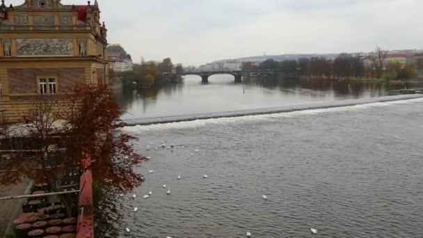 Pohled na prahu z Vltava River, Česká republika