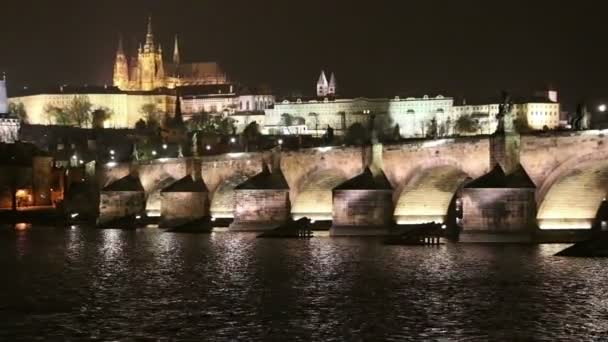Karlův most (kamenný most, most Praha) a katedrála svatého Víta v noci. Praha. Česká republika