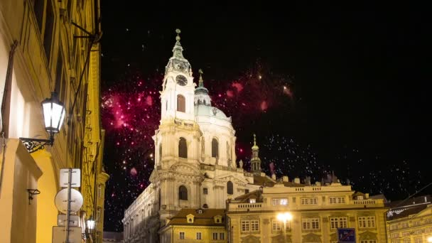 Nicholas Church v Mala Strana nebo menší strany a dovolená fireworks, krásné staré části města Praha, Česká republika (noční pohled)