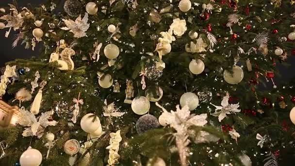 Gyönyörű karácsonyfa díszítő rájárt játékokkal