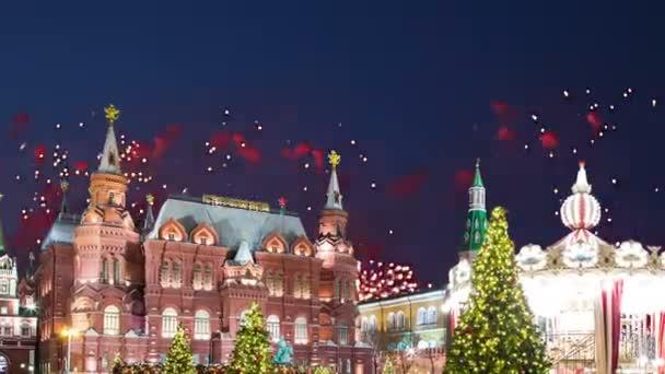 Ohňostroj nad náměstí manéž v noci. Moskva, Rusko (s lupou)