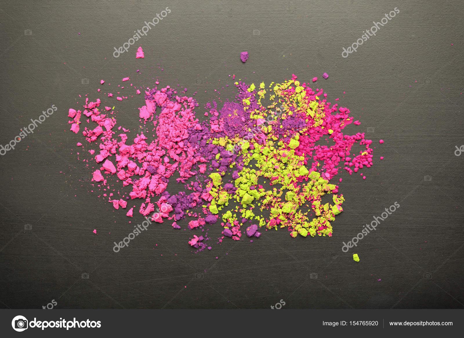 Make Up Tafel : Draufsicht der bunten make up puder auf die schwarze tafel textur