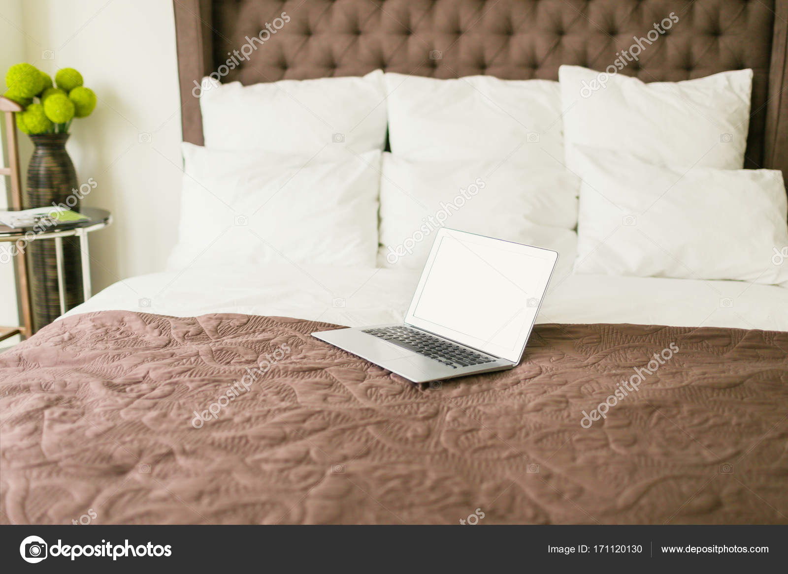 Computer portatile sul letto con cuscini u foto stock dmitry
