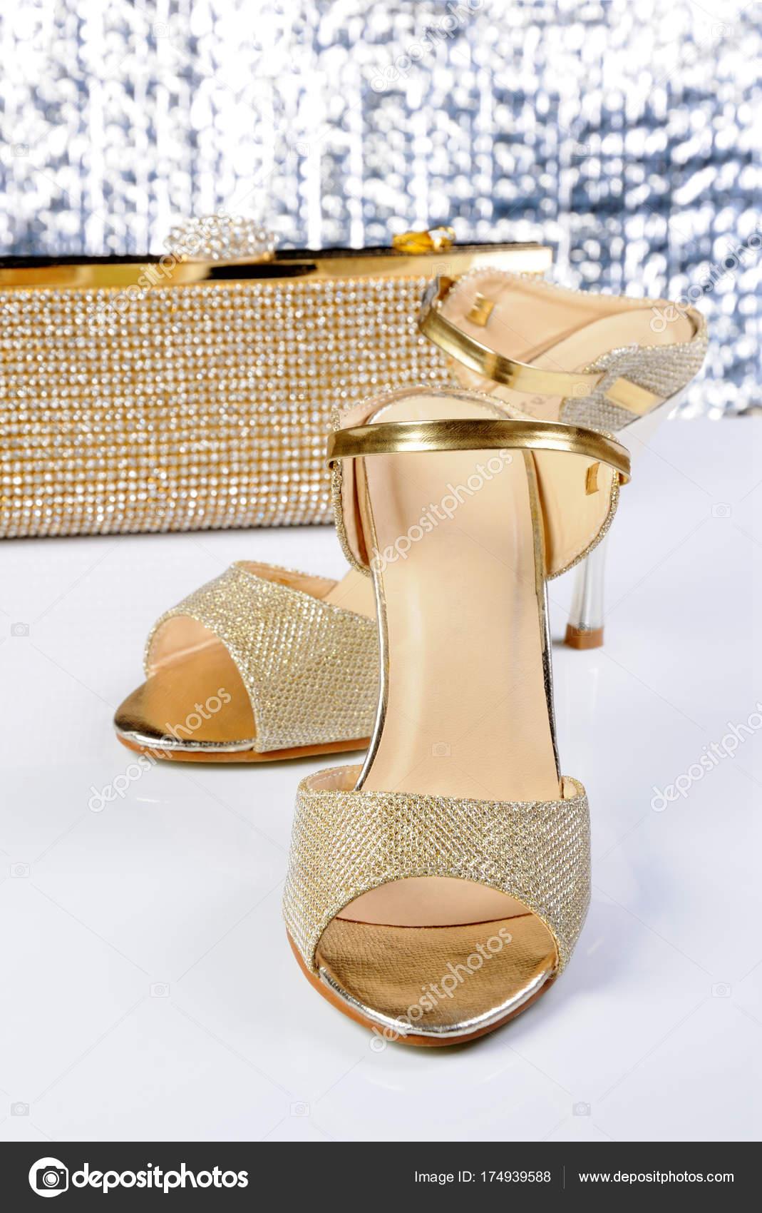 Ein Paar Goldene Sandalen Stockfoto Apolonia 174939588