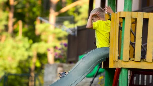 Kinder spielen auf Folie