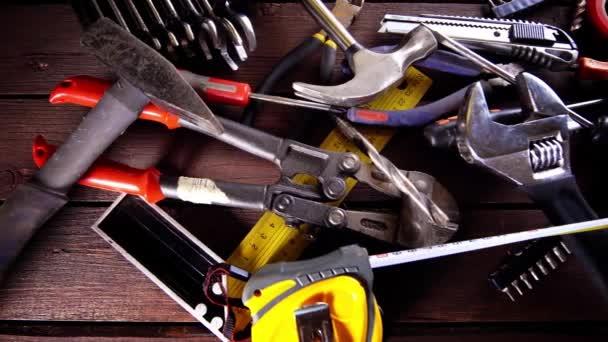 Mnoho starých rezavých nástroje na stole opravář