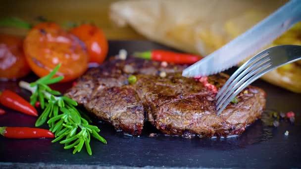 Velký steak chutné na kamenné desce