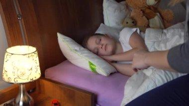 Видео сын приставала к спящей матери фото 383-321