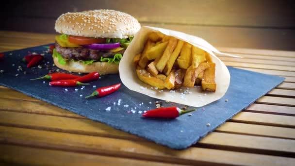 leckere hausgemachte Hamburger mit Kartoffeln auf Steinteller serviert