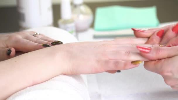 Žena v salonu krásy příjem na manikúru
