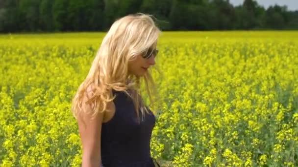 fiatal szőke nő pózol gyönyörű Repce field