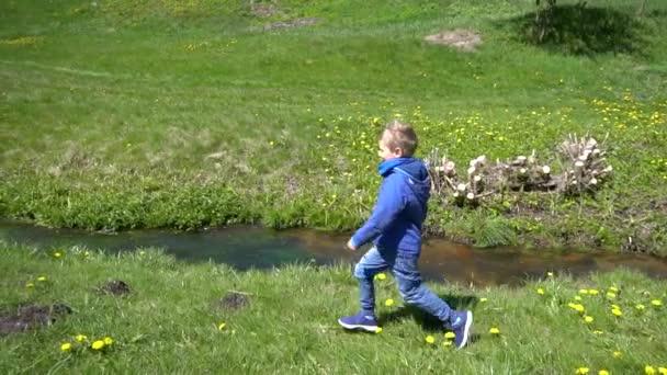 Kinder spielen in der Nähe von stream