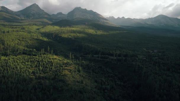Letecký pohled na hotel v krásných horách