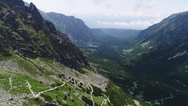 A légi felvétel a hegyek táj