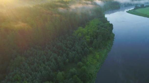 légi landcape-folyó partján, zöld rétek